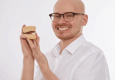 Zahnarzt hält Modell für Zahnprothesen