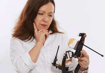 Frau betrachtet Modell für Zahnspange