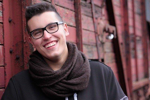 Junger Mann mit schönen Zähnen