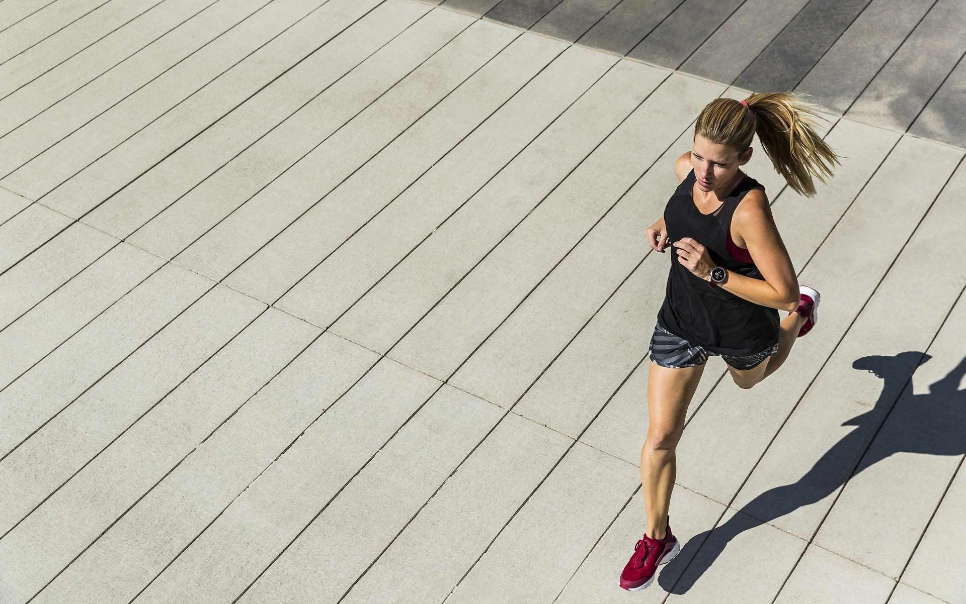 Läuferin auf Asphalt